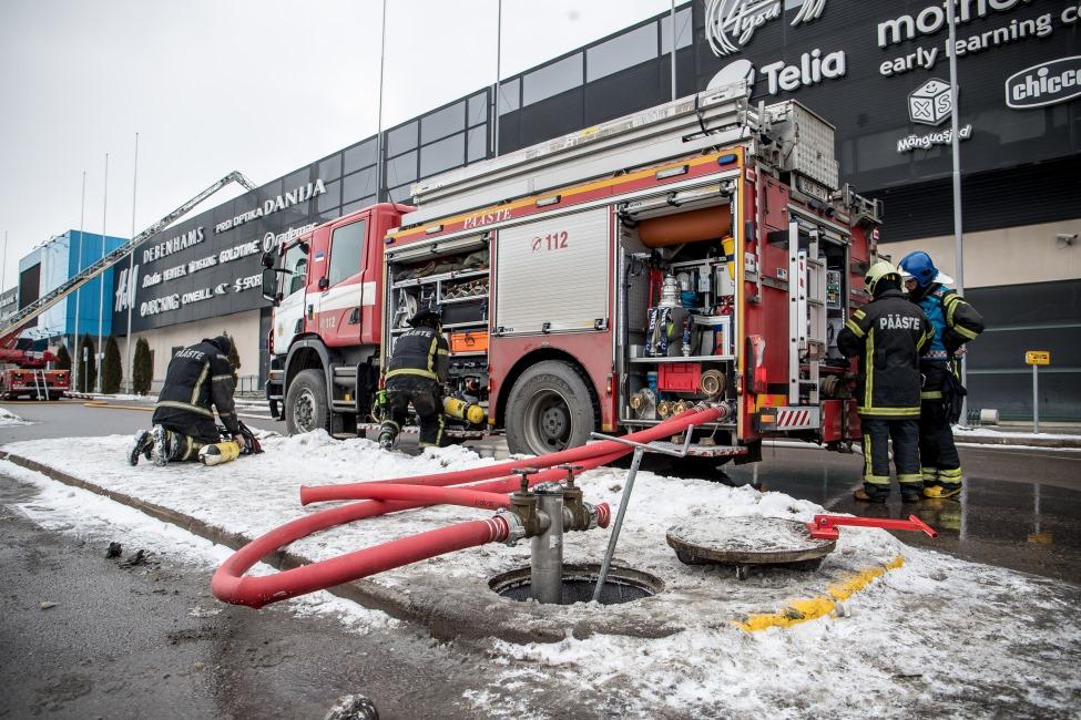 """Tallinā izcēlies ugunsgrēks tirdzniecības centrā """"Rocca al Mare"""", 19.02.2018."""