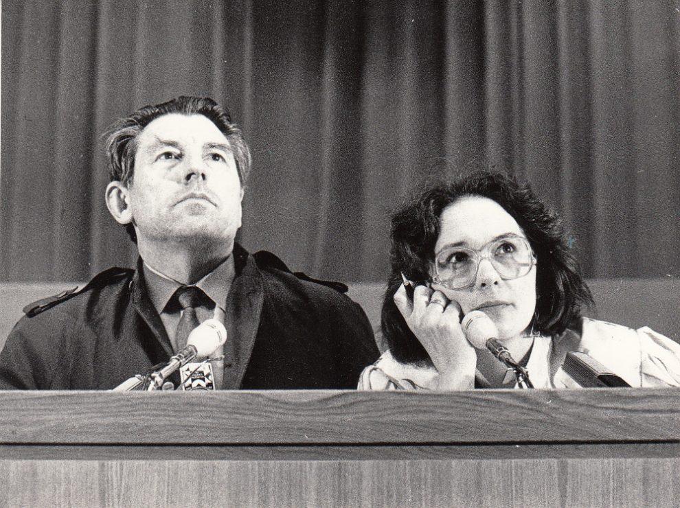 Sandra Kalniete un Ēriks Hānbergs Radošo savienību plēnumā Latvijas Komunistiskās partijas Centrālās komitejas Politiskās izglītības namā (tagad Kongresu nams) Rīgā. Tiek apspriesta rezolūcija. Rīga, 1988. gada 2. jūnijs.