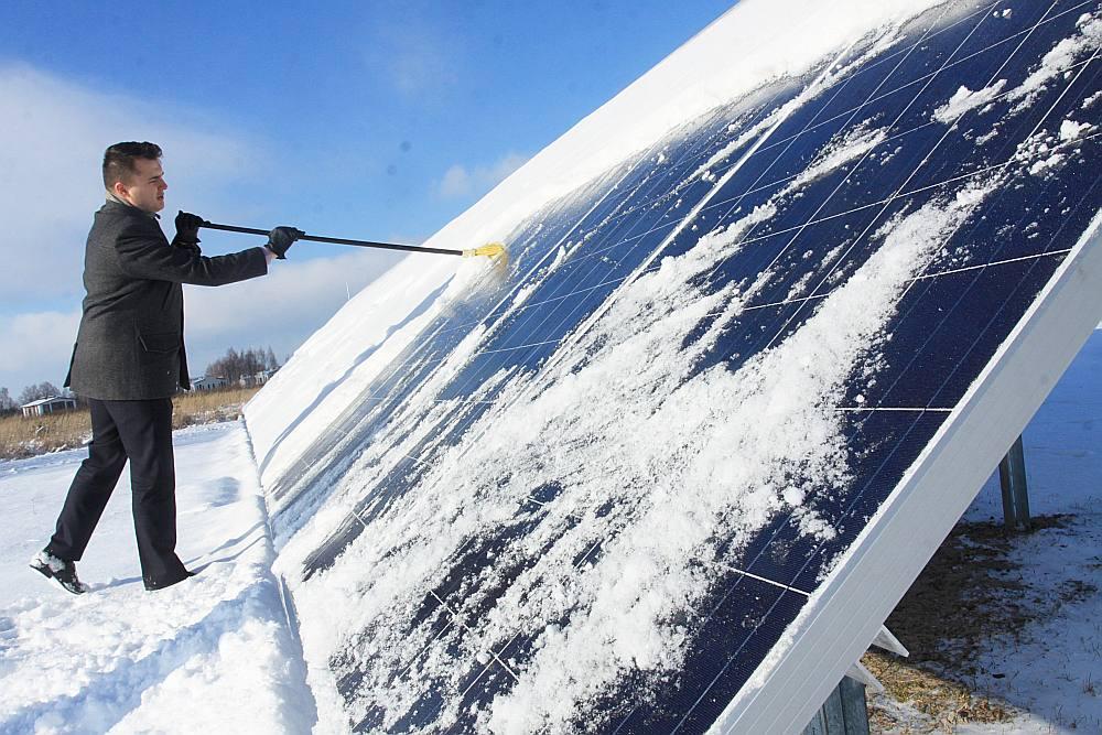 """""""Mani vienmēr interesējušas inovācijas, tāpēc esmu patīkami satraukts kļūt zaļam šādā veidā,"""" teic Miķelis Zondaks. Saules paneļu uzstādīšana izmaksāja apmēram 16 tūkst. eiro, ko plānots atpelnīt desmit gados. Taču par elektrību M. Zondaks šogad cer vairs nemaksāt neko."""