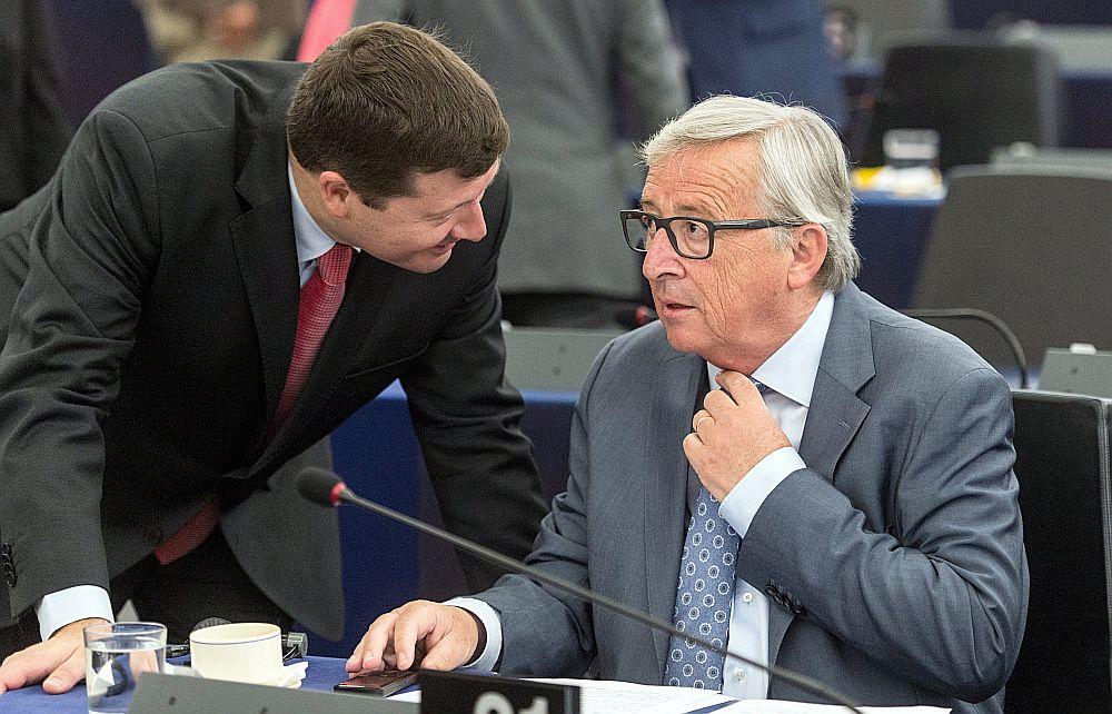 Eiropas Komisijas prezidents Žans Klods Junkers (no labās) apspriežas ar savas kancelejas vadītāju Martinu Zelmairu.