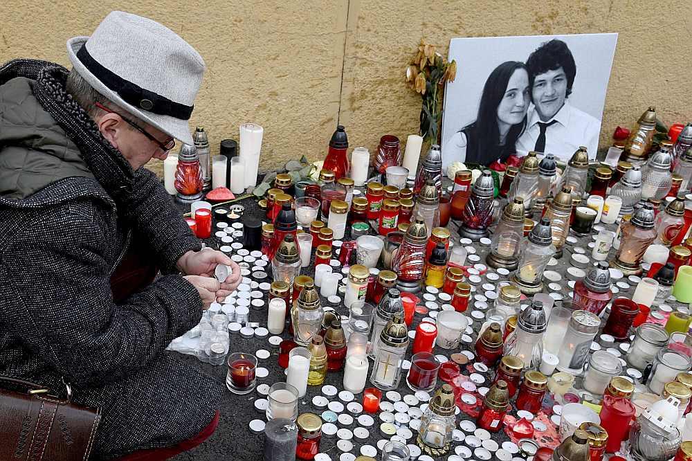 Bratislavas centrālajā laukumā slovāki aizdedzina svecītes, sērojot par noslepkavoto žurnālistu Janu Kucjaku un viņa draudzeni.