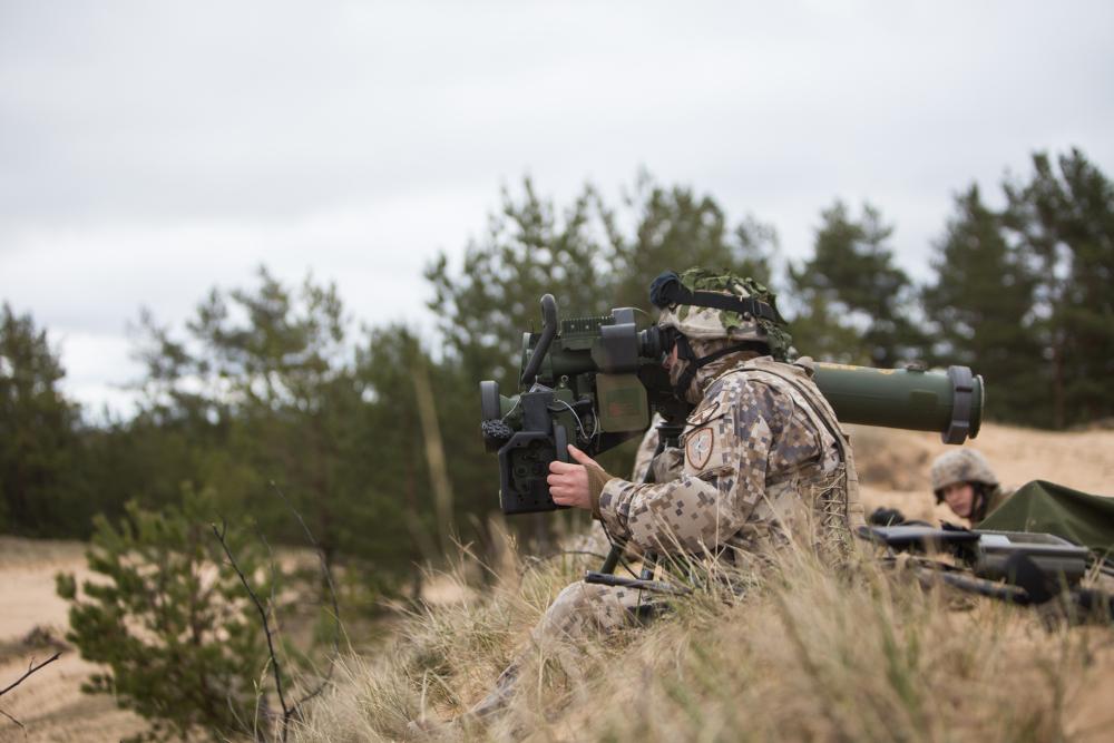 """Latvijas NBS karavīrs Ādažu poligonā trenējas šaut ar """"Spike"""" prettanku aizsardzības sistēmu. Turpmākajos gados Latvijas NBS vienībās nonāks vēl vairāk šo Izraēlā izstrādāto ieroču sistēmu."""