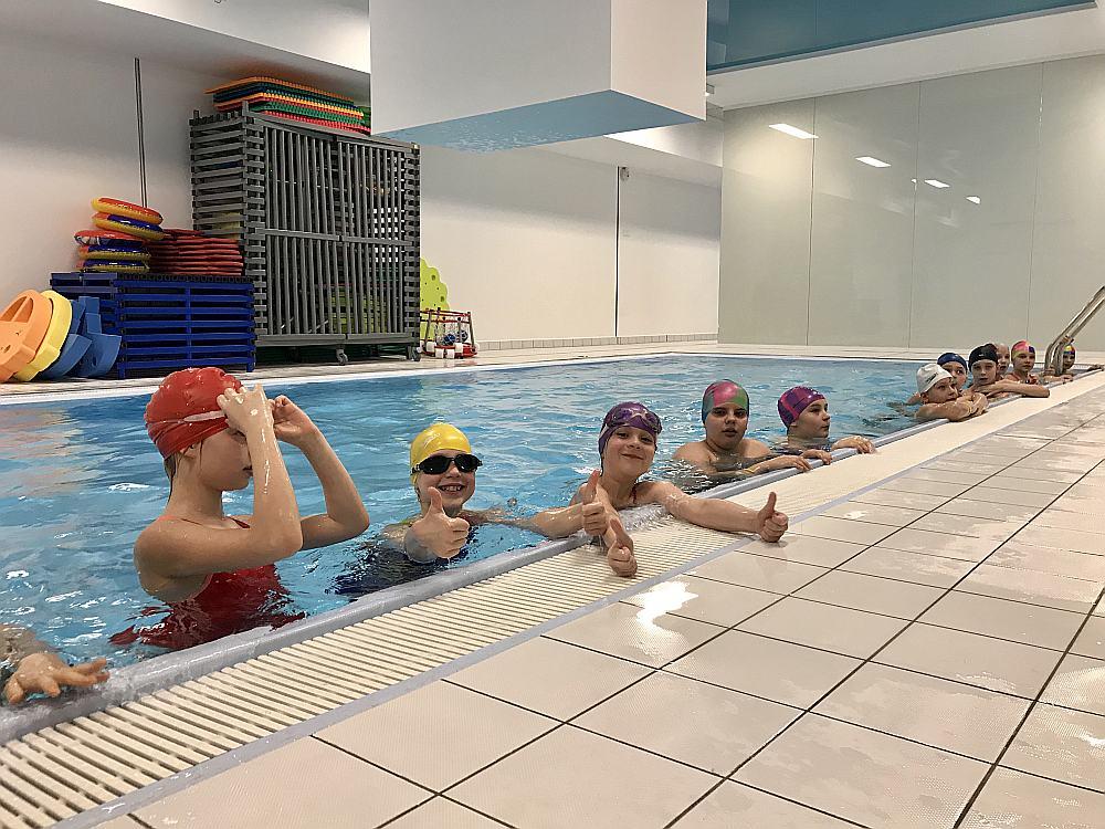 Oskara Kalpaka Rīgas Tautas daiļamatu pamatskolas 4.a klases skolēni peldas jaunajos bērniem paredzētajos baseinos un tos atzīst par ļoti labiem.