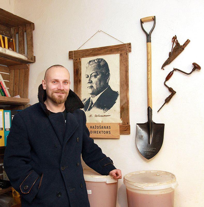 Ražošanas telpā pie sienas ir kādreizējā Latvijas Valsts prezidenta Kārļa Ulmaņa portrets. Tas ir tikai likumsakarīgi, jo jaunajam vīrietim vārds dots par godu šim valstsvīram, kā arī vecaistēvs esot strādājis kopā ar Kārli Ulmani.