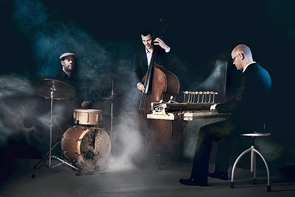 """Šveiciešu trio """"VEIN"""" radītie oriģināldarbi izcēlās ar gaumes izjūtu un emociju kontrastiem."""