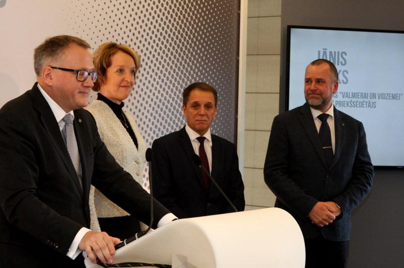 """""""Vienotības"""" priekšsēdētāja Arvila Ašeradena (no kreisās) iniciatīvai par jaunu labēji centrisku politisko apvienību pagaidām pievienojušies tikai trīs pašreizējie """"Vienotības"""" sadarbības partneri – Ingas Bērziņas vadītā partija """"Kuldīgas novadam"""", Jura Šulca  """"Tukuma pilsētai un novadam"""", kā arī """"Valmierai un Vidzemei"""" ar Jāni Baiku priekšgalā."""