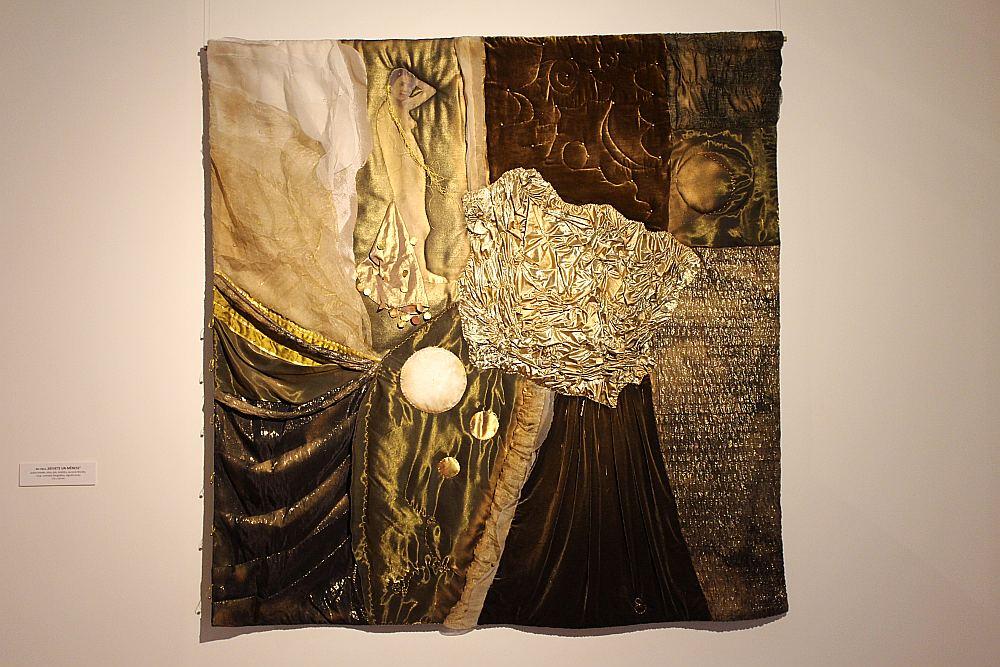 """Mēdz sacīt, ka mūzika nav izstāstāma, arī krāsu māksla ne. Edītes Pauls-Vīgneres cikls """"Sieviete un Mēness"""" vienojas brūno, dzelteno, melno toņu gradācijā, kurus kopā sien zelts."""