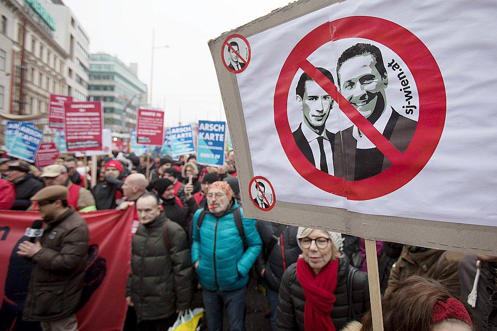 Vīnes iedzīvotāji protestē pret kanclera Sebastiana Kurca (plakātā no kreisās) un vicekanclera Heinca Kristiana Štrāhes politiku imigrācijas jomā.