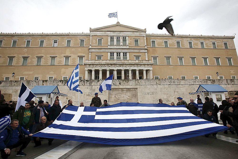 """Skandējot saukļus """"Rokas nost no Maķedonijas!"""" un """"Maķedonija pieder Grieķijai!"""", protestētāji pulcējās pie parlamenta ēkas Atēnās."""