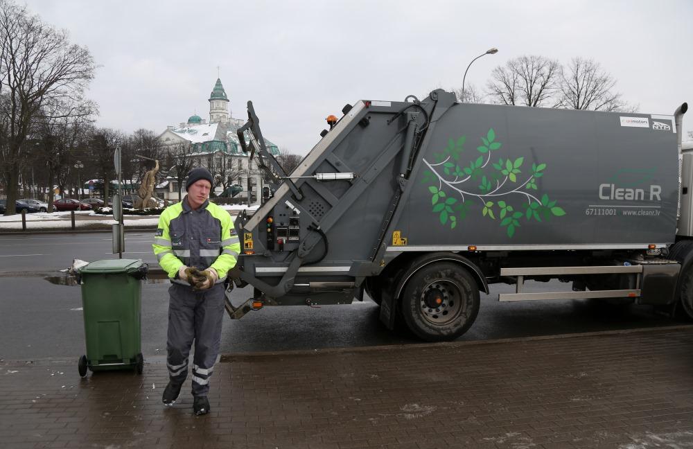 """Publicitātes foto. Jūrmalas atkritumu apsaimniekošanas """"Clean R"""" jaunās mašīnas."""
