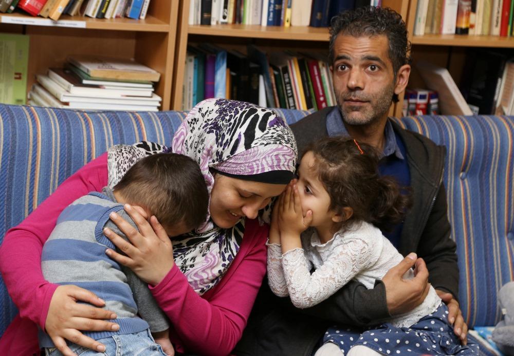 """Ilustratīvs foto. Ģimene no Sīrijas patvērumu meklētāju centrā """"Mucenieki""""."""