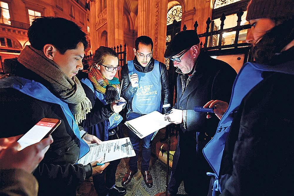 """Brīvprātīgie 15. februārī piedalās """"Solidaritātes naktī"""", kas skaitīja bezpajumtniekus."""