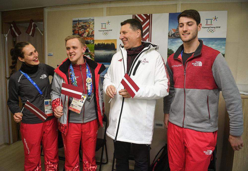 Raimonds Vējonis (baltajā jakā) apmeklē olimpisko ciematu Phjončhanā