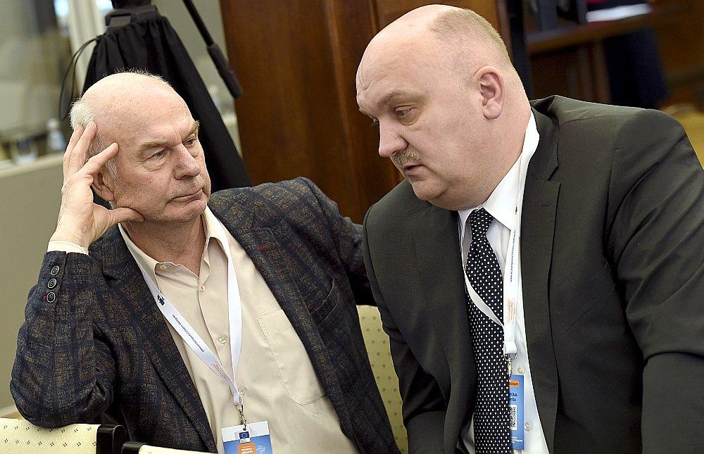 """Enerģētikas drošības komisijas priekšsēdētājs, enerģētikas eksperts, bijušais enerģētikas valsts ministrs Juris Ozoliņš (no kreisās) un AS """"Latvenergo"""" valdes priekšsēdētājs Āris Žīgurs piedalās Eiropas Komisijas pārstāvniecības Latvijā organizētajā diskusijā par Enerģētikas savienību Eiropai – aktualitātēm, mērķiem un izaicinājumiem."""