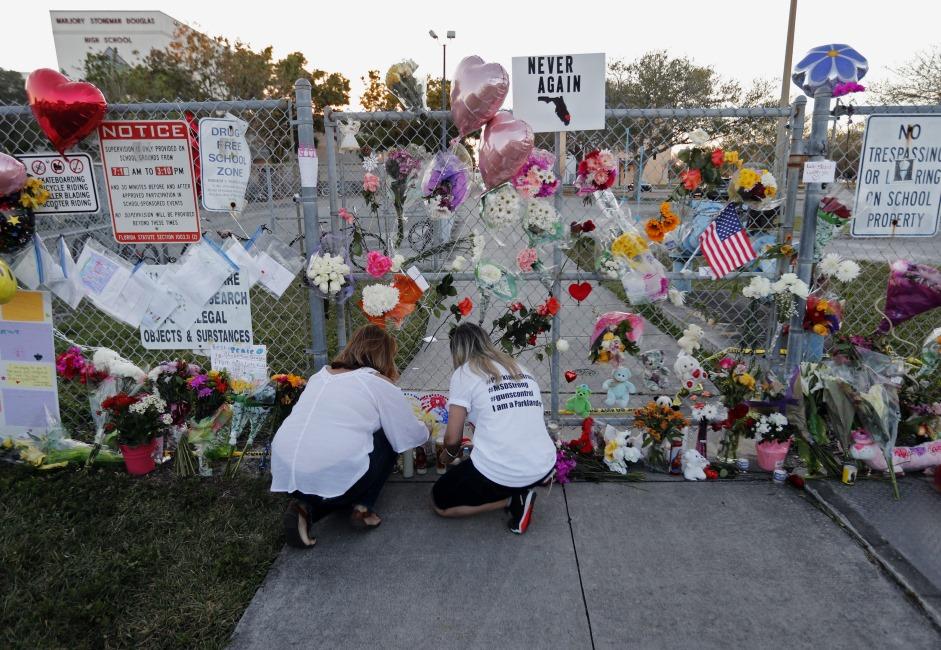 ASV Floridas štatā pie skolas piemin 14.02.2018 nošautos 17 cilvēkus.