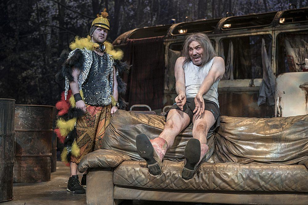 Jura Žagara iemiesojumā karaļa Artūra (pa labi) šodienīgā reinkarnācija troļļa izskatā uz skatuves tiek ilustrēta vērienīgi.