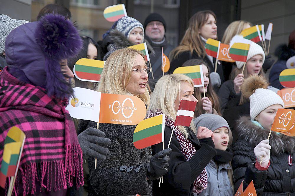 """Vakar pie Lietuvas vēstniecības Rīgā projektā """"Izdziedam 100"""" Latvijas iedzīvotāji ar vienu dziesmu latviski un vienu dziesmu lietuviski sveica mūsu kaimiņvalsts pārstāvjus svētkos."""