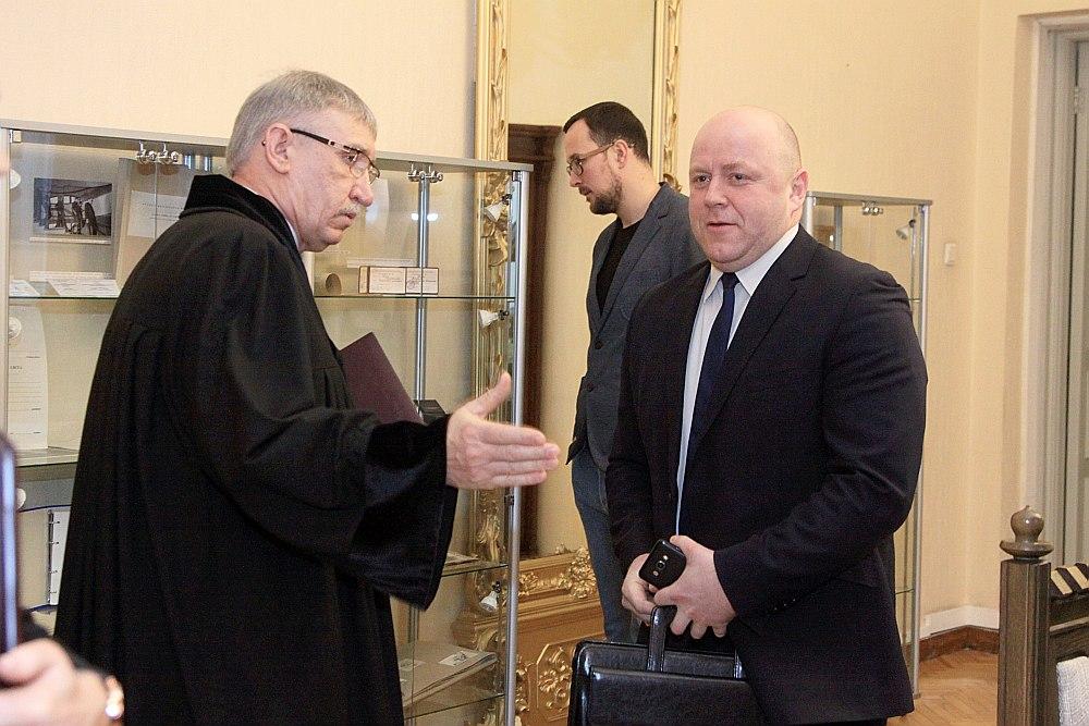 Prokuroru gadskārtējā sanāksmē piedalījās arī Korupcijas novēršanas un apkarošanas biroja priekšnieka vietnieks Jānis Roze (no labās). Viņu sagaida ģenerālprokurors Ēriks Kalnmeiers.