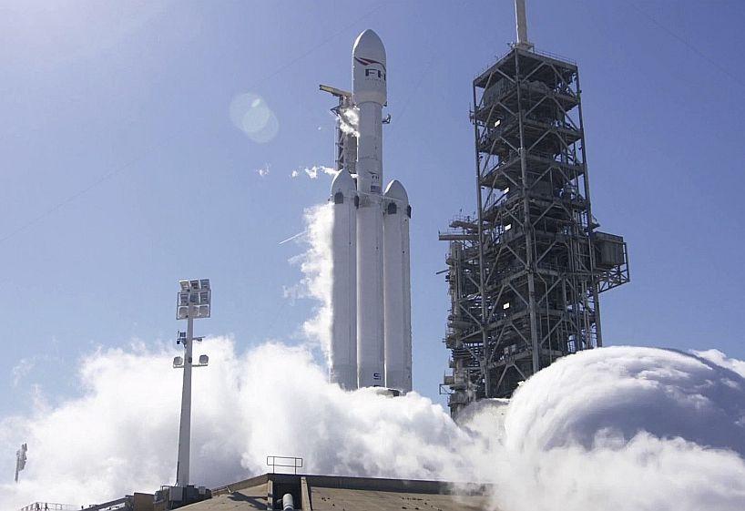 """Raķetes """"SpaceX Falcon Heavy"""" 27 dzinēju izmēģinājums 24. janvārī kosmodromā Kanaverala ragā Floridā."""