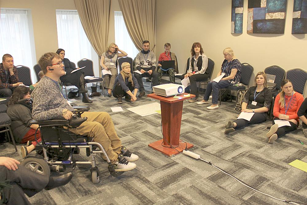 Jaunatnes starptautisko programmu aģentūra pieredzes apmaiņas vizīti par sociālās iekļaušanas praksi rīkoja tā, lai pasākumā pilnvērtīgi varētu piedalīties arī aktīvisti ratiņkrēslos.