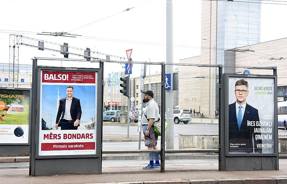 """Latvijas Reģionu apvienības, """"Latvijas attīstībai"""" un partijas """"Vienotība"""" priekšvēlēšanu reklāmas 2017. gada pavasarī Rīgā."""
