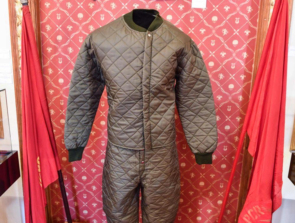 Izsolē piedāvātais Čaušesku makšķernieka tērps.