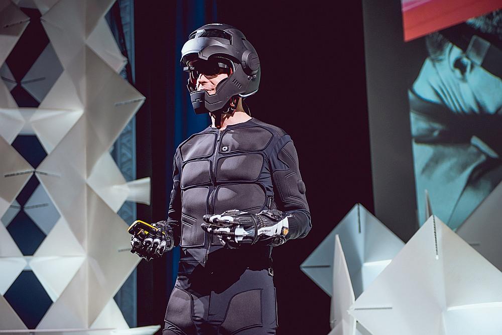 """Dīns Džonsons tērpies t. s. """"tesla suit"""" tērpā, kas strādā kā virtuālās realitātes papildinājums."""