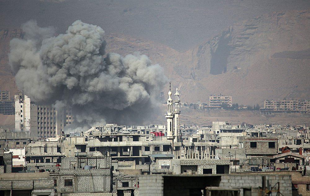 Sīrijas režīma aviācija bombardē dumpinieku ieņemto Arbinas pilsētu.
