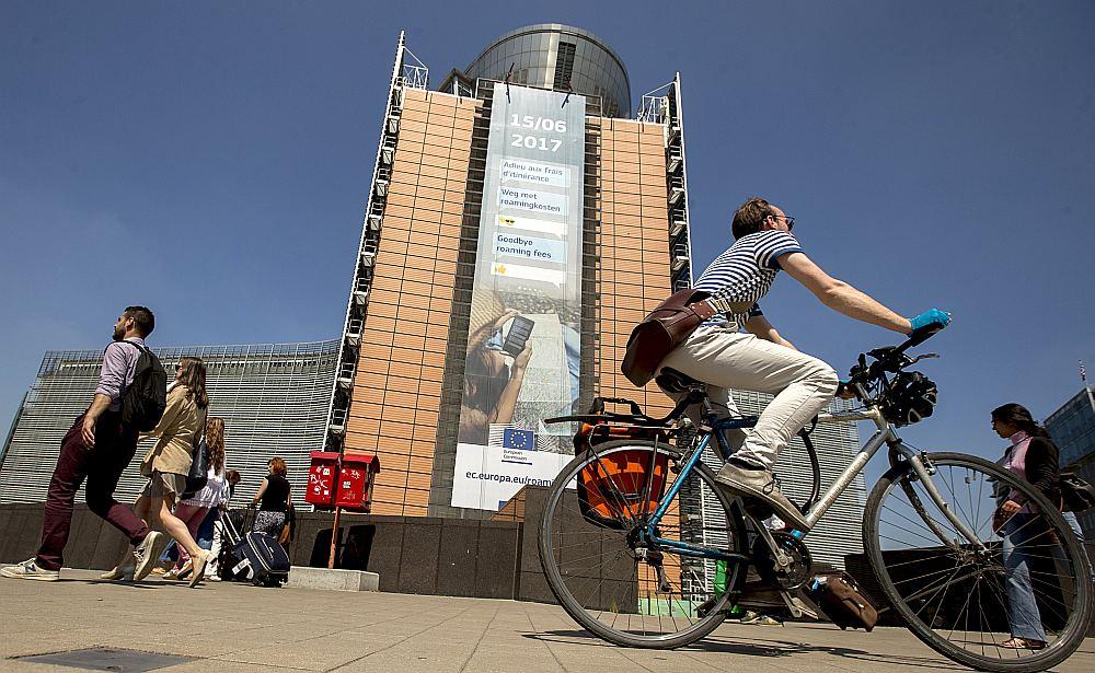 """""""Ardievu, viesabonēšanas cenas!"""" vēsta plakāts uz Eiropas Komisijas galvenās ēkas Briselē, taču līdz visiem iedzīvotājiem šī ziņa nav aizgājusi."""