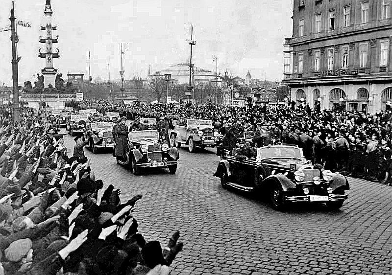 A. Hitlers iebrauc Vīnē.