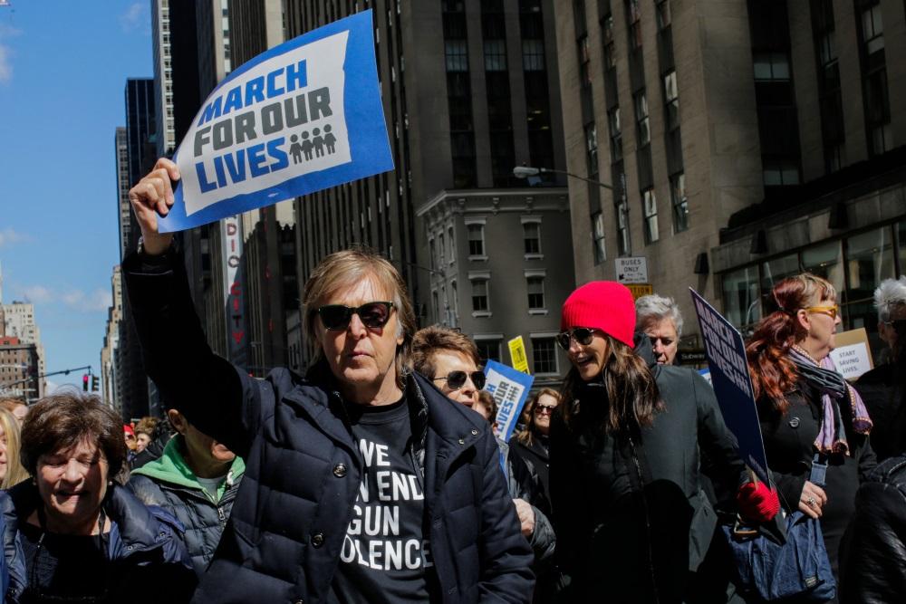 Mūziķis Pols Makartnijs ir viens no slavenībām, kurš piedalījās ASV protesta mītiņā par stingrāku ieroču ieroberžošanu, 24.03.2018.