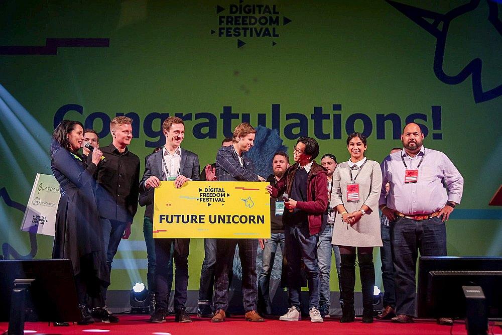 """Tieši """"DigiPulse"""" un """"Cenos"""" bija tie divi jaunuzņēmumi, kuri plūca uzvaras laurus pērn notikušajā tehnoloģiju un dzīvesstila festivālā """"Digital Freedom Festival"""", iegūstot iespēju doties un praktizēties uz slaveno ASV akseleratoru """"500 Startups"""". No kreisās ar balvu rokās: """"DigiPulse"""" vadītājs Normunds Kvilis un """"Cenos"""" vadītājs Mihails Ščepanskis."""
