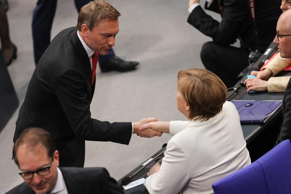 ācijas opozīcijas Brīvo demokrātu partijas (FDP) līderis Kristiāns Lindners sarokojas ar Vācijas kancleri Angelu Merkeli, 14.03.2018.