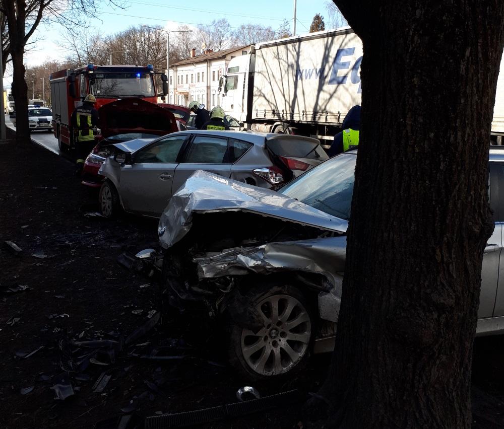 Juglā, Rīgā pie Brīvības gatves 414.nama notikusi smaga vairāku auto sadursme, 20.03.2018.