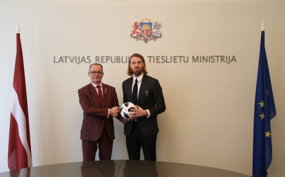 Tieslietu ministrs Dzintars Rasnačs un Latvijas Futbola federācijas amata kandidāts Kaspars Gorkšs.