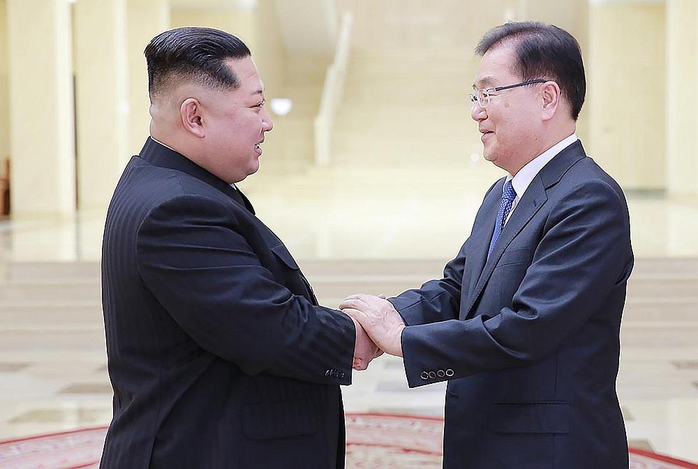 Ziemeļkorejas vadonis Kims Čenuns (no kreisās) sasveicinās ar Dienvidkorejas prezidenta Muna Džēina padomnieku drošības jautājumos Čunu Eujonu, Kimam pirmo reizi tiekoties ar augsta ranga amatpersonām no Dienvidkorejas.