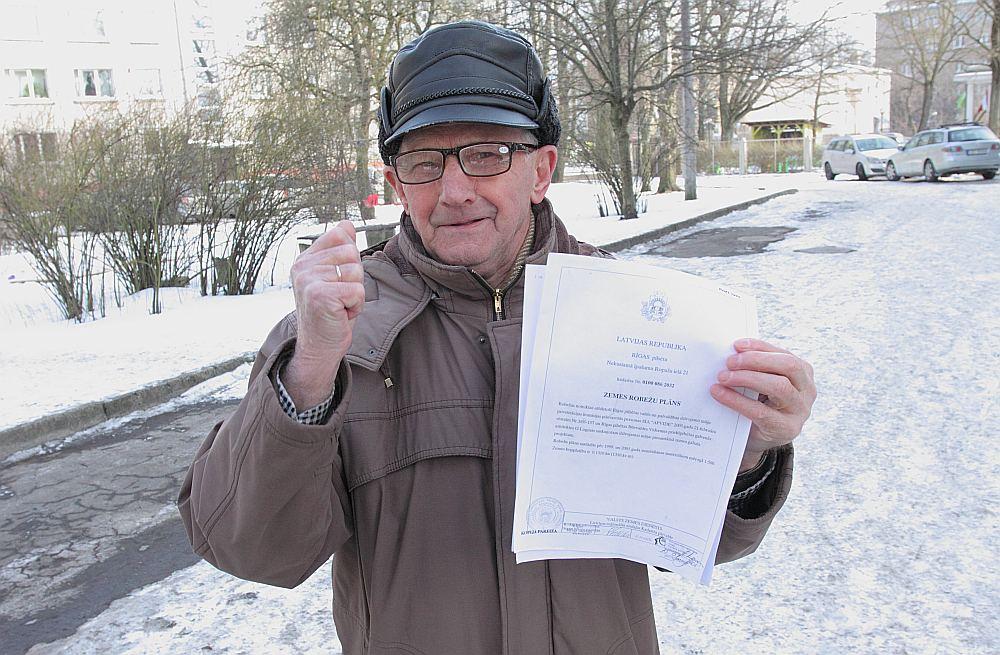 Nama vecākais Ilmārs Kundziņš rāda Valsts zemes dienesta izdotu zemes robežu plānu, kurā melns uz balta redzams, ka nama izmantošanai iemērītā un nepieciešamā zemes platība ir 1310 kvadrātmetri.