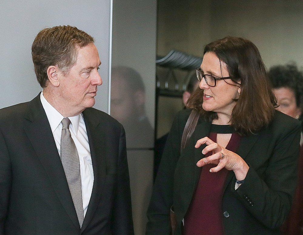 """ES tirdzniecības komisāre Sesīlija Malmstrēma sarunās ar ES tirdzniecības pārstāvi Robertu Laithaizeru Briselē 10. martā: """"Ja papildu muitas tarifi tomēr tiks piemēroti arī eksportam no ES, sekos stingra, bet samērīga atbilde."""""""