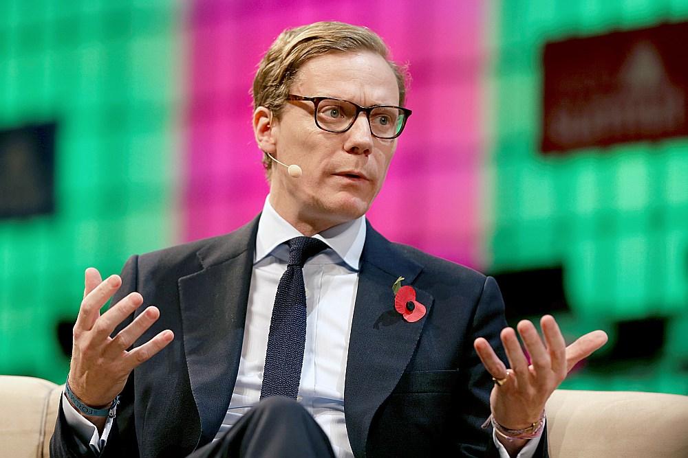"""""""Cambridge Analytica"""" vadītājs Aleksandrs Nikss paudis nožēlu par saviem izteikumiem un atvainojies firmas darbiniekiem, taču viņa nožēla un atvainošanās neapturēs tiesu darbus pret firmu."""