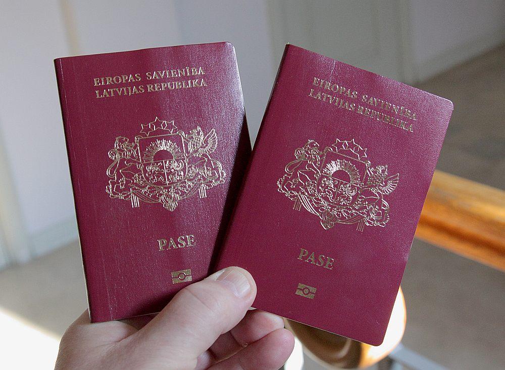 """""""Tagad ne vienam vien Krievijas latvietim, kas dodas uz Latviju, ir lieli brīnumi, kad uz robežas viņam paziņo: jūsu Latvijas pase vairs nav derīga,"""" saka Lauma Vlasova."""