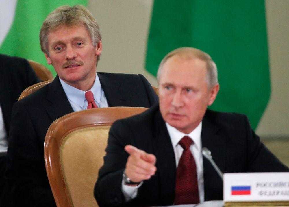 Vladimirs Putins un preses sekretārs Dmitrijs Peskovs