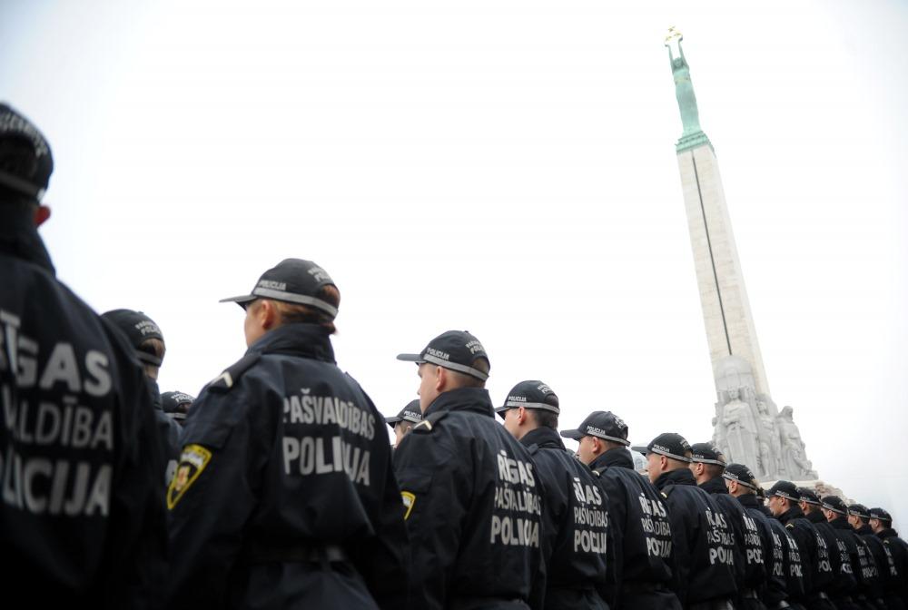 Rīgas pašvaldības policijas parāde pie Brīvības pieminekļa. Arhīva foto.