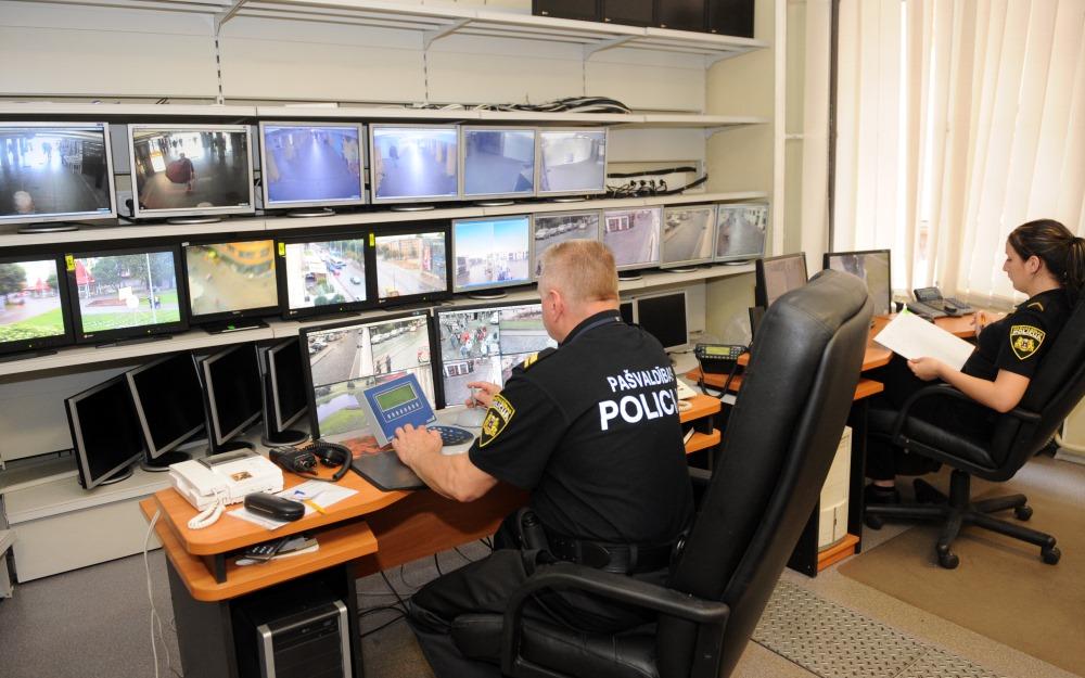 Arhīva foto. Rīgas pašvaldības policija videonovērošanas kamerās uzmana situāciju Rīgas ielās.