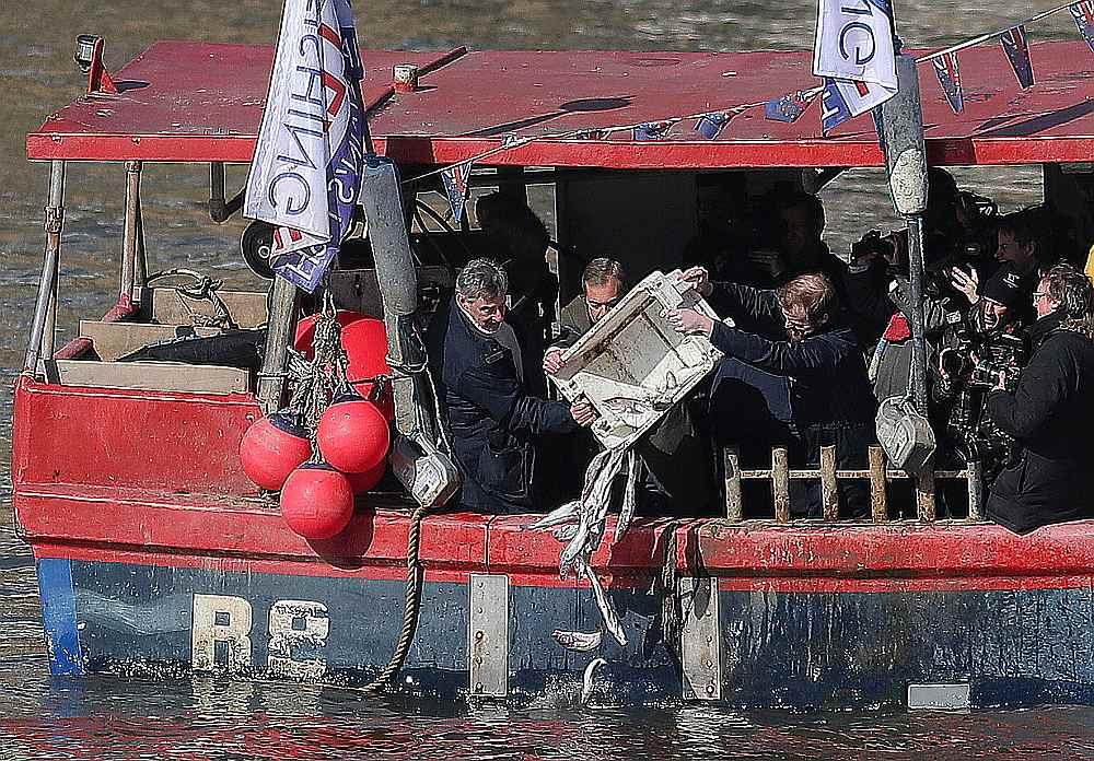 Trešdien Džeikobs Rīss-Mogs, Konservatīvās partijas deputāts parlamentā un viens no redzamākajiem breksiteriem, organizēja visnotaļ krāšņu protesta akciju, kuģītī braucot gar parlamentu un metot Temzā zivis.