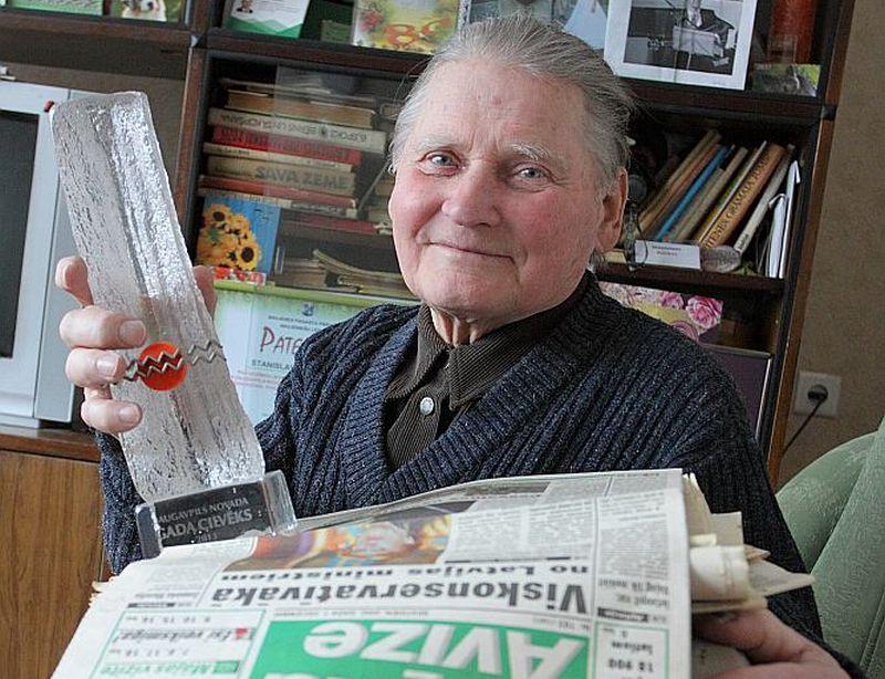 """""""Latvijas Avīzei"""" no pirmā numura uzticīgais nīcgalietis Staņislavs Ružāns saka, ka šo laikrakstu ne tikai uzcītīgi lasa, bet arī tai raksta. Kopā ar citos periodiskajos izdevumos publicētajiem rakstiem, kas viņam sakrāti attēlā redzamajās mapēs, to jau esot vairāk nekā 600."""