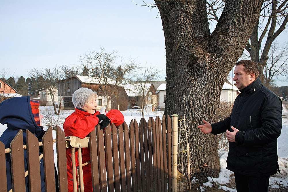 Aigars Vīvuliņš sarunā ar Mārīti Pētersoni. Viņa izprot prasības, tomēr uzskata, ka Saeimas deputātiem vai attiecīgo ministriju amatpersonām vajadzētu rast atbalsta mehānismu maznodrošinātajiem pensionāriem likuma normas izpildei.