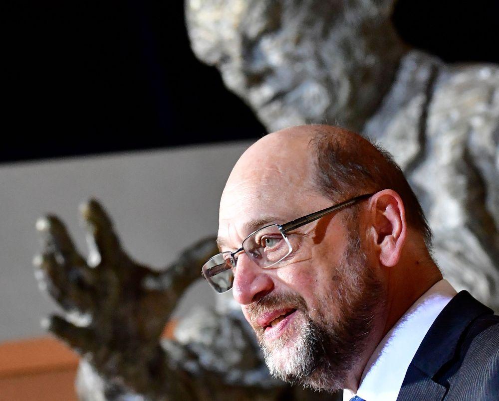 Martins Šulcs 13. februārī Berlīnē paziņo par atkāpšanos par Sociāldemokrātiskās partijas (SPD) vadītāja amata.