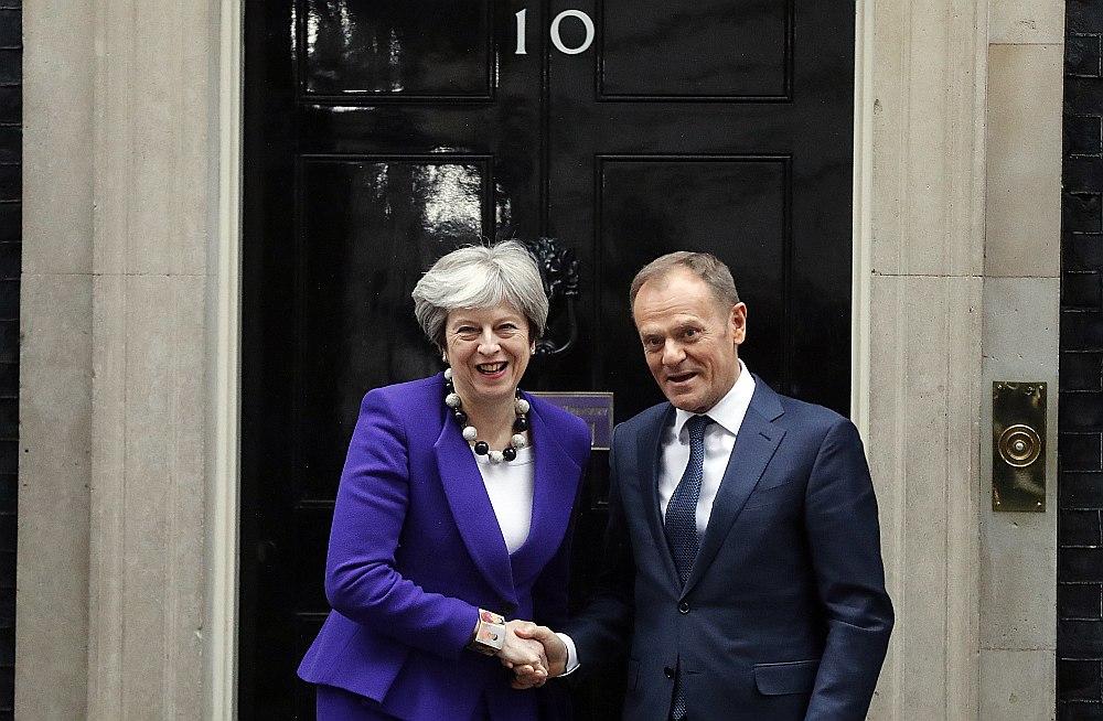 Britānijas premjerministre Terēza Meja sagaida Eiropadomes prezidentu Donaldu Tusku pie valdības rezidences Londonā, kur vakar notika abu politiķu sarunas.
