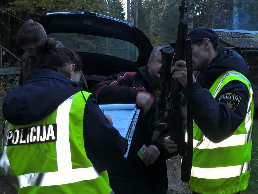 Arhīvs. Policija veic šaujamieroču pārbaudi.