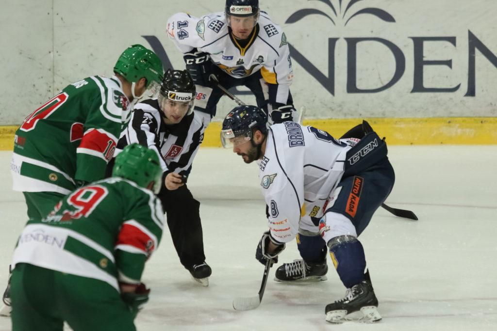 """""""Kurbads"""" uzbrucējs Edgars Brancis (iemetienā pa labi) pagājušajā gadā Latvijas čempionāta finālsērijā iemeta zelta ripu un arī šogad cer uz pozitīvu iznākumu."""